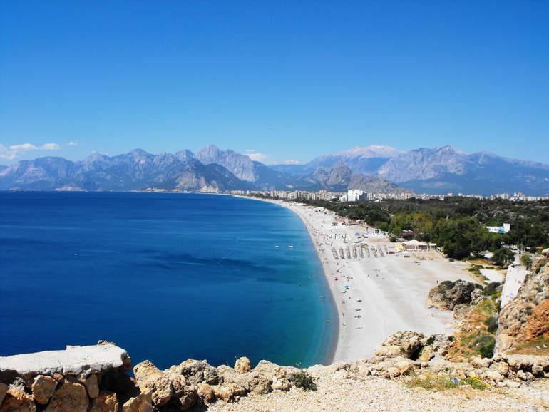Пляжи Анталии: от центральной Лары до тихого Мермерли