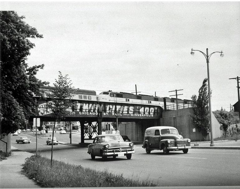 Поезд Twin Cities 400 на мосту Shorewood's Oak Leaf Trail Bridge