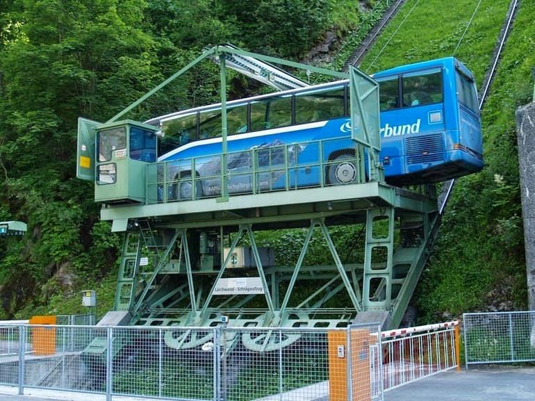 Lärchwandschrägaufzug перевозит автобус