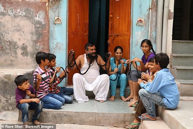 Гирдхар Вьяс с семьей у дома