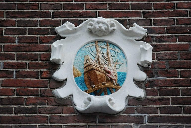Гевелстенен (Gevelstenen) в Амстердаме