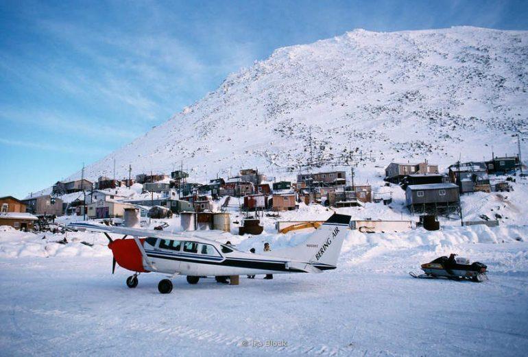 Самолет на зимнем льду на острове Малой Диомиды (Крузенштерна) на Аляске