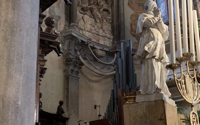 Кости дракона ,висящие за алтарем в базилике Santa Maria e San Donato