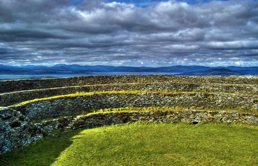 Стены крепости имеют толщину 4 с половиной метра.