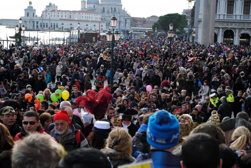 Толпы людей в Венеции - обычное явление