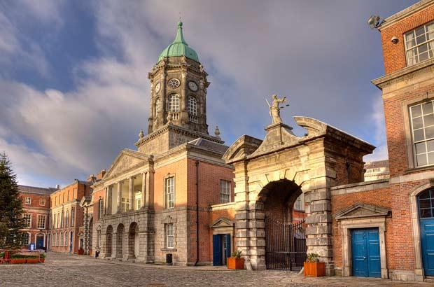 Башня дублинского замка на фоне синего неба Ирландии.