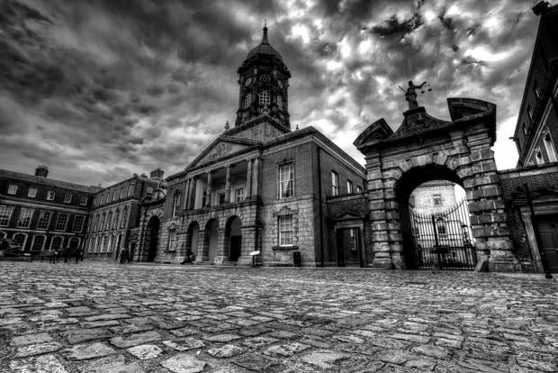Черно-белое фото замка в Дублине. Небо и площадь перед замком.