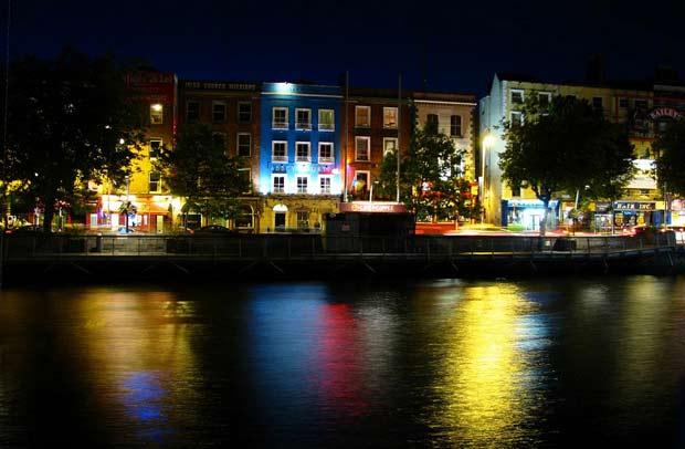 Река и Лиффи и ее набережная в ночное время