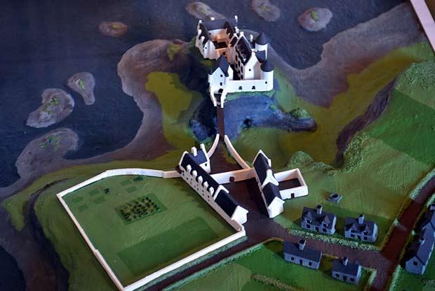 Замок Данлюс и его развалины в графстве Антрим