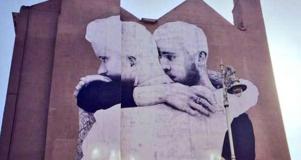 Огромное граффити, пропагандирующее однополую любовь.
