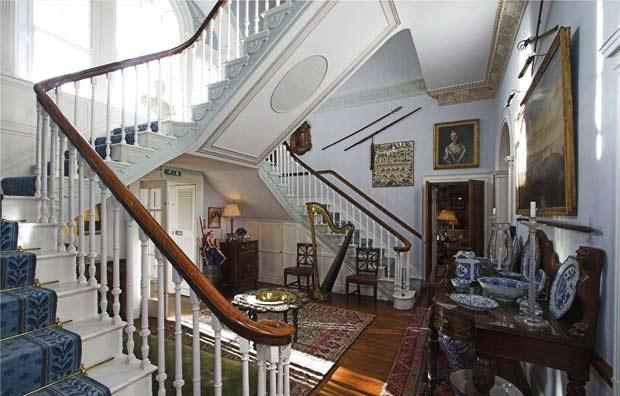Впечатляет и лестница с двойным пролетом.