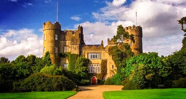 Замок Малахайд находится на севере от столицы Ирландии.
