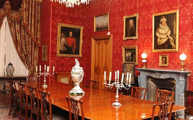 Парадные залы обставлены в стиле Тюдор.