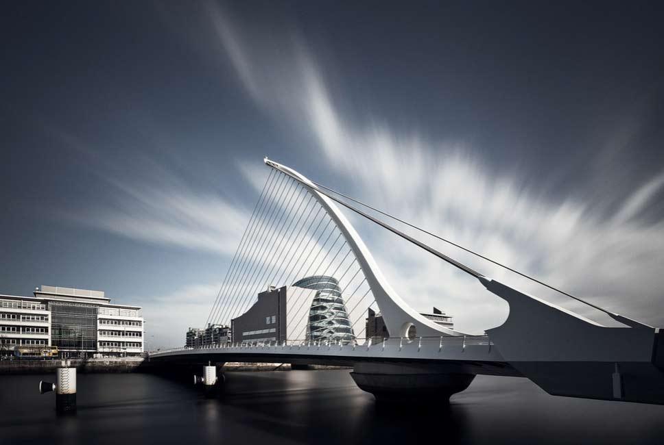 Мост Сэмюэла Беккета и Конгресс-центр в Дублине на чернобелом фото.