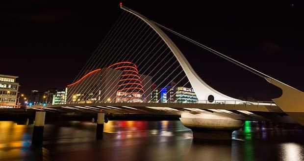 Мост Samuel Beckett в ночном небе Дублина
