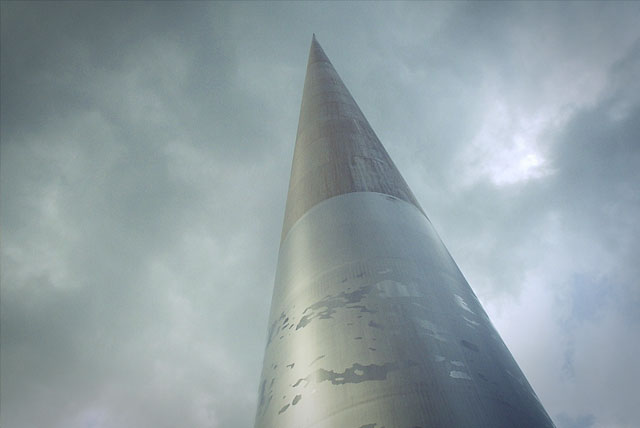 Монумент света освещает Дублин