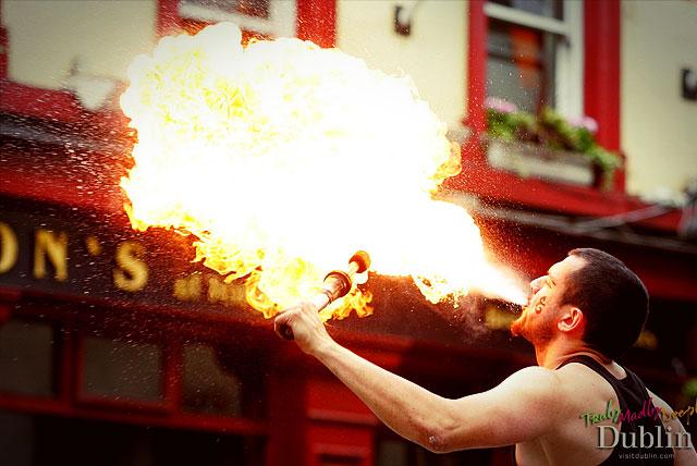 Свое мастерство показывают повелители огня и другие любители экстрима.