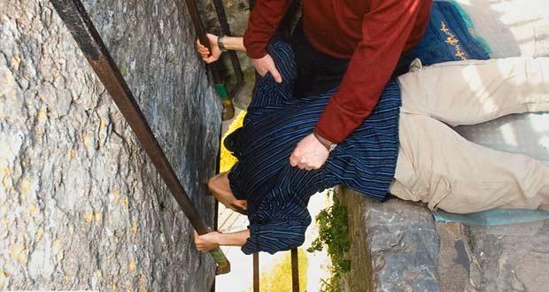 Турист целует Камень Красноречия в замке Бларни