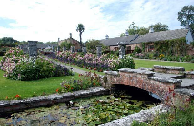 Прекрасный сад на територии Дромоленда.