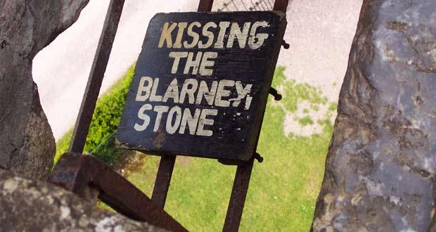 Камень решено было увековечить в стене в ирландском замке.