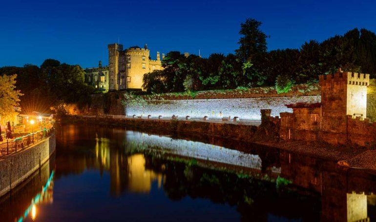 Kilkenny castle находится на возвышенности на берегу реки Нор.