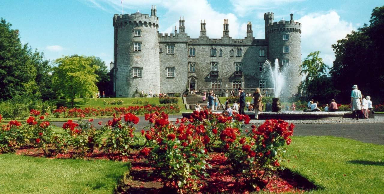 У западных стен Kilkenny castle находится прекрасный сад.