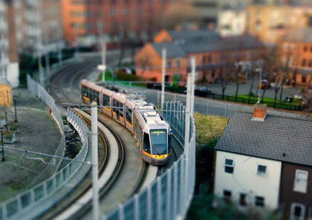 Трамвай едет по столице Ирландии
