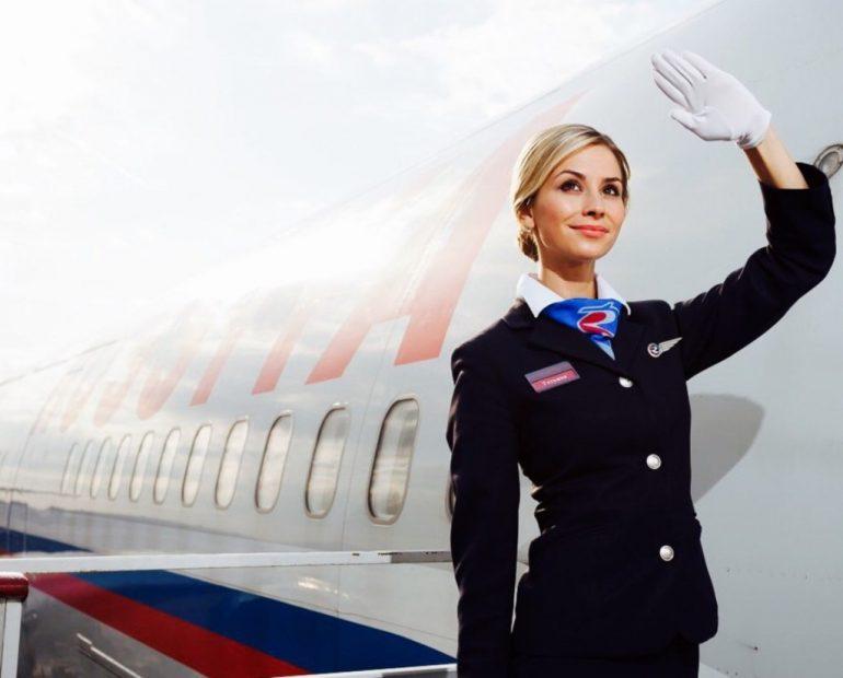 Почему стюардессы здороваются с каждым пассажиром при посадке?