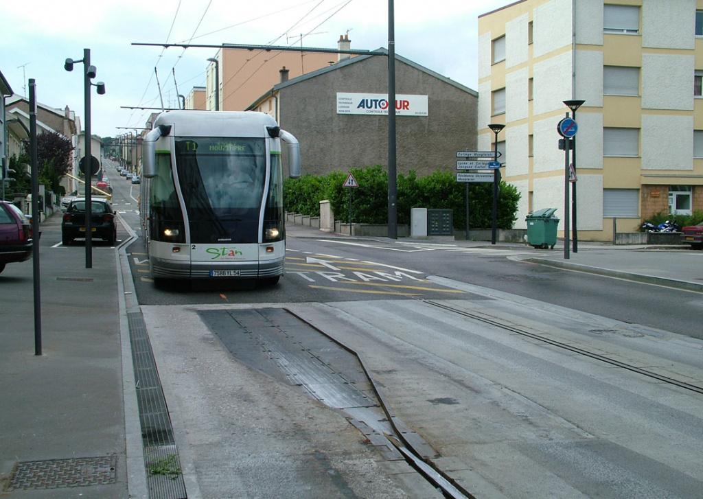 Гибрид обычного троллейбуса и трамвая с направляющим рельсом