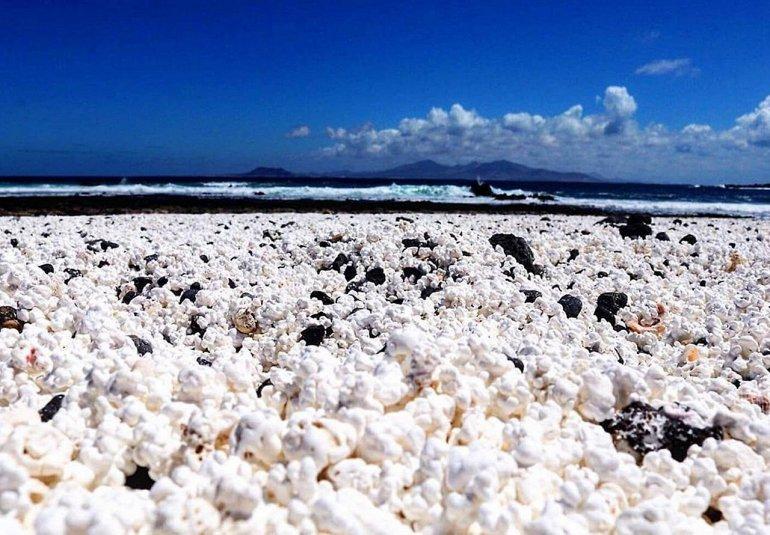 пляж с попкорном