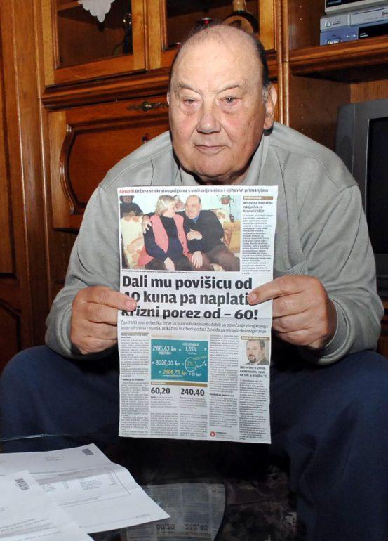 Франо Селак показывает газету со своим интервью