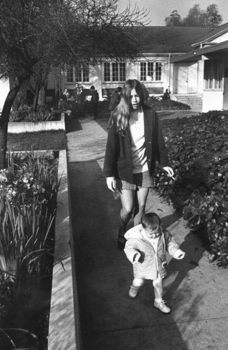 17-летняя Вики Конджер прогуливалась во дворе школы со своей 13-месячной дочерью Шон Мишель.