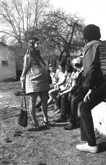 Джуди Фэй поболтала с группой учеников за пределами класса. С беременными девочками в Цитрусе мальчики убирали язык и вежливо держали открытые двери и даже толкали коляски.