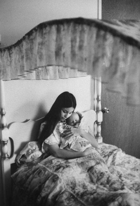 В кровати с балдахином, где она спала с детства, Джуди обнимала своего сына Дилана. «Возможно, мой сын был незапланированным, - сказала Джуди, - но он не нелюбимый».