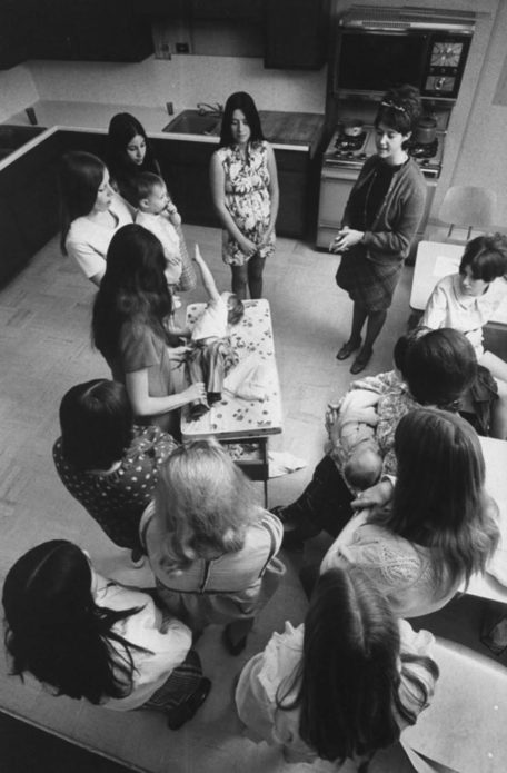 Линда Твардовски, недавняя выпускница Citrus, рассказала об основах смены подгузников в классе по уходу за детьми, используя своего сына Чарльза. Девочек также обучали дородовому уходу, кулинарии и составлению бюджета.
