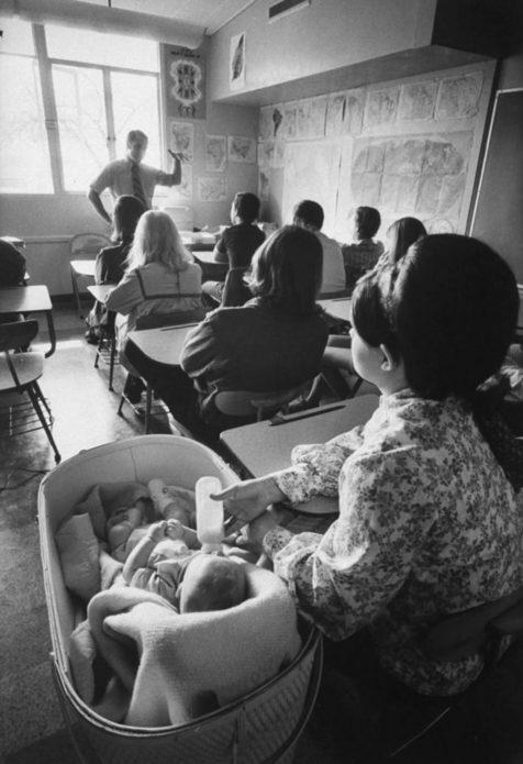 17-летняя Шерил Гуэ успокоила сына Майкла бутылкой. Хотя звук плачущих младенцев был обычным нарушением в Citrus, более вокальные, как правило, выбрасывались из класса. Школа была оборудована манежами, кроватками и игрушками. Матери должны были приходить в школу на утренние курсы по уходу за детьми, но могли изучать учебные предметы дома.