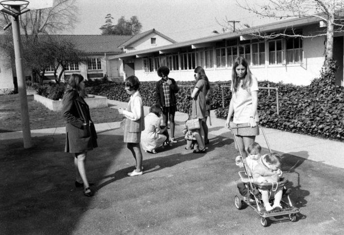 Старшеклассники с младенцами, Азуса, Калифорния, 1971.