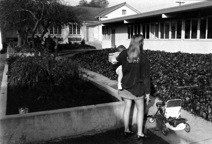 Вики Конгер, 17 лет, со своей 13-месячной дочерью Шон Мишель, Азуса, Калифорния, 1971.