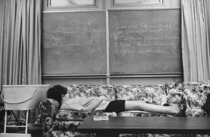 Будущим мамам разрешили вздремнуть на уроке домашнего хозяйства. Здесь Лори Кардин,